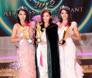 获得冠军的港澳特区选手陈彦蓉(中)、获得亚军的港澳特区选手齐真晨(左)与获得季军的印度选手丝域兰娜·古拉高华在颁奖礼上合影。