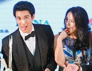 章子怡率队宣传《非常幸运》,与王力宏(左)首度同台亮相,两人亲密吃蛋糕。