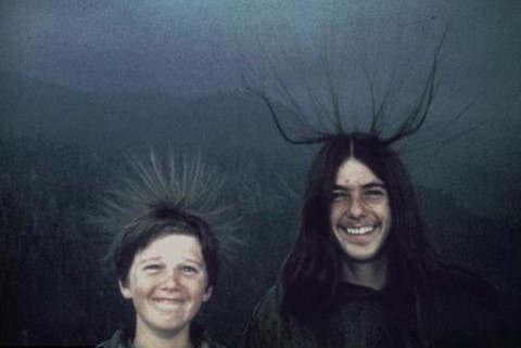 原本是非常快乐的一天,当他们抵达在山顶上时,虽然有注意到天气突然变得很糟糕,甚至发现自己的头发都直立起来,他们感到新奇,却并没有意识到这是雷击危险的预兆。